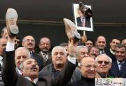 伊拉克民众上街庆祝皮鞋门